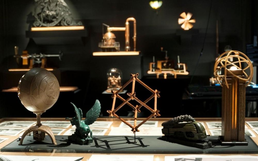De nombreux appareils et outils sont exposés en regard des dessins de François Schuiten.MUSÉE DES ARTS ET MÉTIERS-CNAM/HÉLÈNE MAURI ET PASCAL FALIGOT
